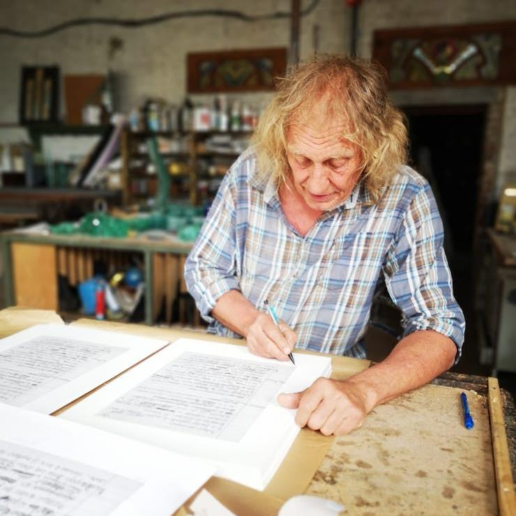 BERNARD TIRTIAUX signe sa lithographie pour le laborat01re copie