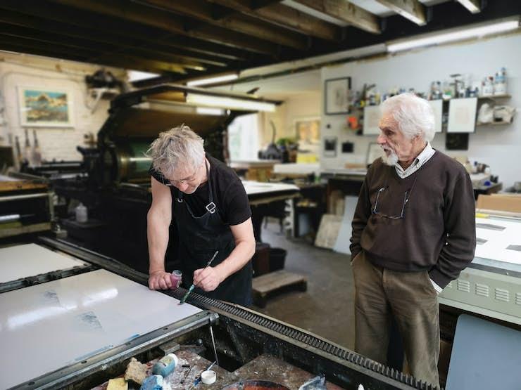 Georges Vercheval à l atelier de Bruno Robbe pour l impression de son estampe pour le Laborat01re
